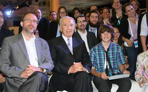 Wikipedia's Jimmy Wales and Israeli war criminal and President Shimon Peres together with Israeli-Jewish bloggers in Israel, 2011.